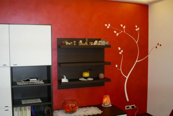 muro decorato salotto